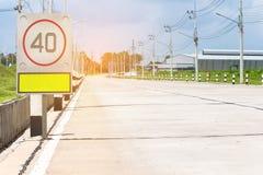 Verkeersteken op weg in het industriële landgoed Stock Foto
