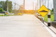 Verkeersteken op weg in het industriële landgoed Royalty-vrije Stock Foto