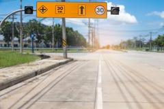 Verkeersteken op weg in het industriële landgoed, over reis safel royalty-vrije stock afbeeldingen