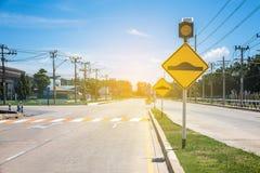 Verkeersteken op weg in het industriële landgoed, over reis safel royalty-vrije stock foto