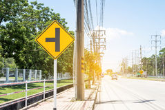 Verkeersteken op weg in het industriële landgoed, over reis safel stock foto