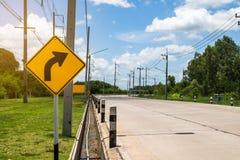 Verkeersteken op weg in het industriële landgoed, over reis safel stock afbeeldingen