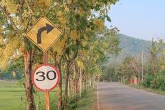 Verkeersteken in platteland van Thailand Stock Afbeeldingen
