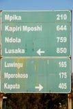 Verkeersteken, richting aan verschillende plaatsen, Zambia stock fotografie