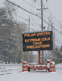 Verkeersteken in sneeuwwaarschuwing van polaire draaikolk stock foto's