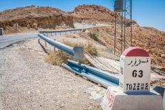 Verkeersteken in Tunesië, die de richting voor Tozeur tonen stock afbeeldingen