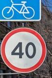 Verkeersteken van beperking van snelheid en strook voor fietsers royalty-vrije stock foto
