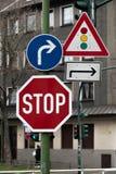 Verkeersteken van voorzichtigheid en richting stock foto's