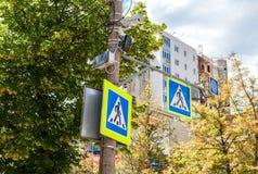 Verkeersteken voetgangersoversteekplaats met kabeltelevisie-camera Royalty-vrije Stock Afbeelding