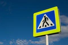 Verkeersteken voetgangersoversteekplaats tegen de blauwe hemel royalty-vrije stock afbeelding