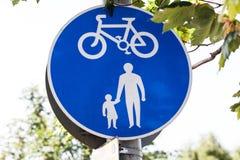 Verkeersteken voor fietsen en voetgangers Blauwe ronde verkeersteken voor veiligheid stock fotografie