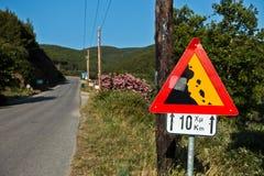 Verkeersteken voor steile helling volgende tien kilometers bij kustweg in Sithonia Royalty-vrije Stock Fotografie