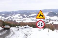 Verkeersteken: voorzichtig wilde dieren, maximum snelheid tot 30 km/uur en het cirkelen toeristensleep Waarschuwing van gevaar in stock foto's
