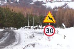 Verkeersteken: voorzichtig wilde dieren, maximum snelheid tot 30 km/uur en het cirkelen toeristensleep Waarschuwing van gevaar in royalty-vrije stock afbeelding