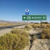 Verkeersteken in woestijn. stock afbeeldingen