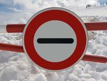 Verkeerstekeneinde Waarschuwing van gevaar in de bergen Lawineterugtocht Gevaar op de snow-capped bergbovenkanten onder de wolken royalty-vrije stock afbeelding