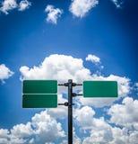 Verkeerstekenpool en blauwe hemel Stock Afbeeldingen