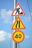 Verkeerstekenwegwerkzaamheden, het Versmallen van de weg bij de linkerzijde, Beperking van de maximumsnelheid van 40 km Stock Foto's