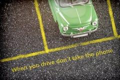 Verkeersveiligheid bij het wiel, bij het drijven niet mobiel neemt stock fotografie