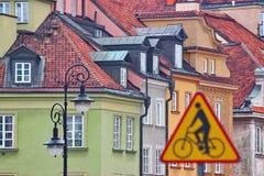 Verkeersveiligheid het verkeer beslist tekens en wegbeperkingen voor auto's en fietsen de richting van beweging van de banden royalty-vrije stock foto