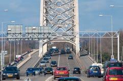 Verkehr über einer Brücke stockfotografie