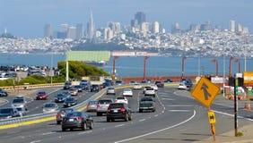 Verkehr aginst San Francisco-skylin Kalifornien lizenzfreie stockfotos