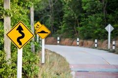 Verkehr alarmiert abschüssige Steigung Verringern Sie Geschwindigkeit und benutzen Sie einen unteren Gang lizenzfreie stockfotos