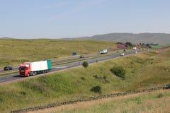 Verkehr auf Autobahn in der Landschaft, Cumbria stockbild