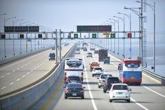 Verkehr auf Brücke an der Incheon-Stadt stockfoto