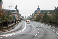 Verkehr auf Brücke Pont Adolphe Lizenzfreie Stockfotos