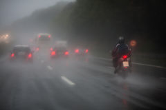 Verkehr auf dem Autobahn mit starkem Regen lizenzfreies stockbild