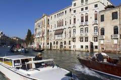 Verkehr auf dem großartigen Kanal in Venedig Lizenzfreie Stockbilder