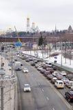 Verkehr auf den Straßen von Moskau nahe dem Kreml lizenzfreies stockfoto