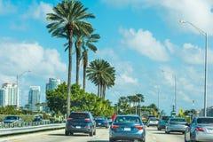 Verkehr auf der Autobahn im Miami Beach stockbilder