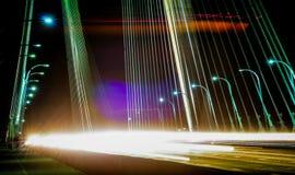 Verkehr auf der Brücke am Abend Lizenzfreie Stockfotografie