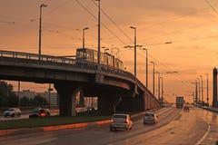 Verkehr auf der Brücke an der Dämmerung lizenzfreie stockbilder