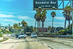 Verkehr auf der Pazifikküstelandstraße nach Süden gehend lizenzfreie stockfotos