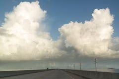 Verkehr auf der sieben Meilen-Brücke, Florida-Schlüssel, USA Stockfotografie