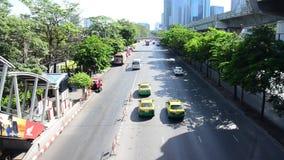Verkehr auf der Straße in Bangkok Thailand stock video