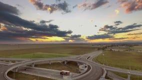 Verkehr auf der Straßenüberquerung stock footage