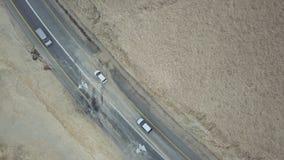 Verkehr auf der Wüstenstraße zum Toten Meer stockbilder