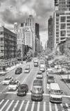 Verkehr auf der zweiten Allee Stockfotos