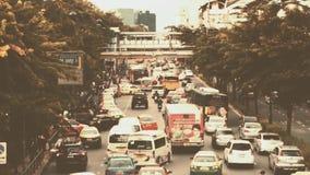 Verkehr auf einer beschäftigten Stadtstraßen-Morgenzeit stock video