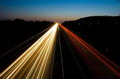 Verkehr auf einer Datenbahn nachts Stockfoto