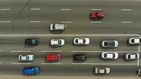 Verkehr auf einer Draufsicht der Stadtstraße, von der Luft lizenzfreie stockfotos