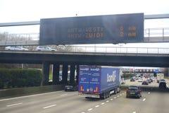 Verkehr auf einer Landstraße in Belgien Stockfotos