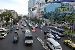 Verkehr auf einer verkehrsreichen Straße in Bangkok Stockfotografie