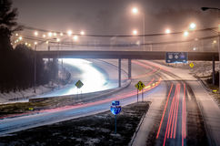 Verkehr auf eisiger Landstraße lizenzfreies stockbild