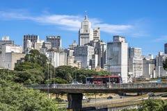 Verkehr auf Estado-Allee und Skylinen von im Stadtzentrum gelegenem Sao Paulo lizenzfreie stockfotografie