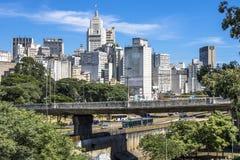 Verkehr auf Estado-Allee und Skylinen von im Stadtzentrum gelegenem Sao Paulo lizenzfreies stockbild